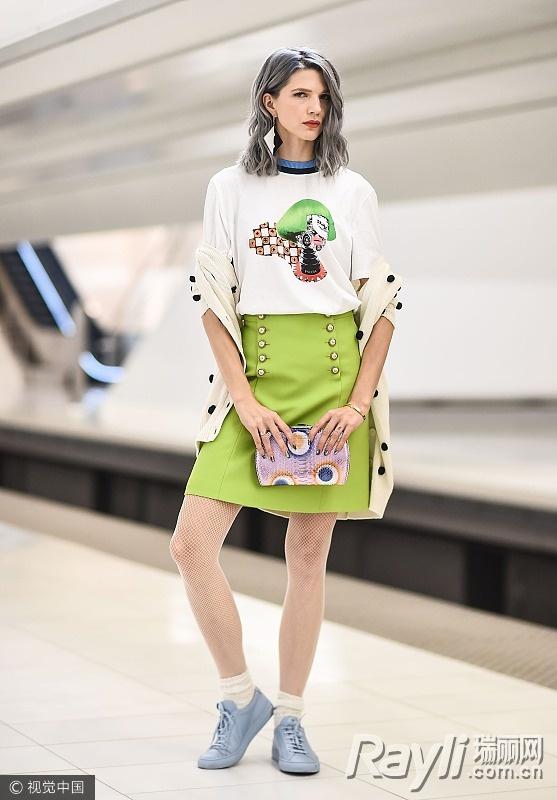 时尚博主街拍穿嫩绿