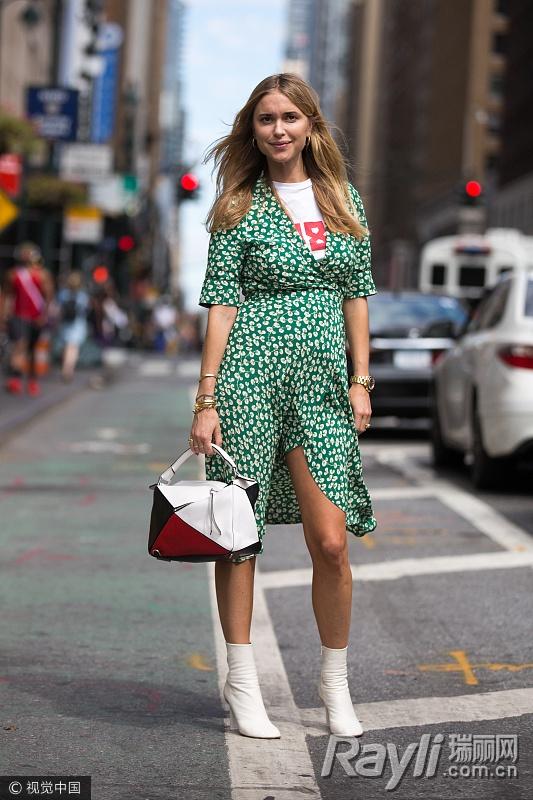 时尚博主穿绿色波点印花街拍