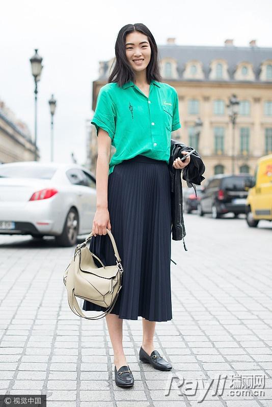 模特街拍穿绿色上衣