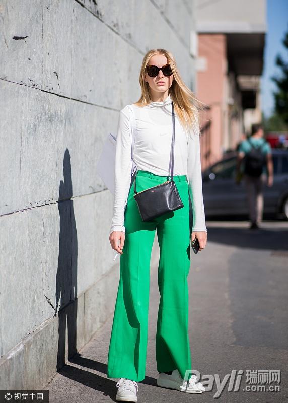 时尚博主街拍穿绿裤子