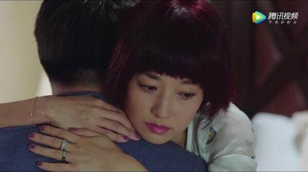 离婚前的罗子君夸张的短发,耀眼的发色,手上不止戴着一个戒指,手腕上也是珠光宝气。