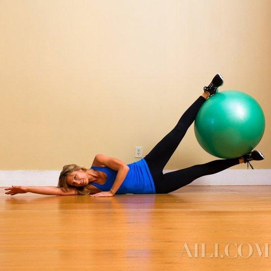 健身球抬腿×每侧12次