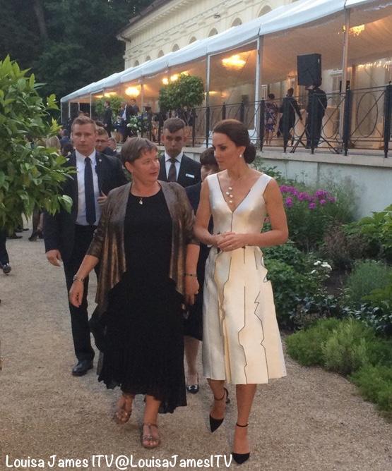 凯特穿着波兰设计师Gosia Baczynska