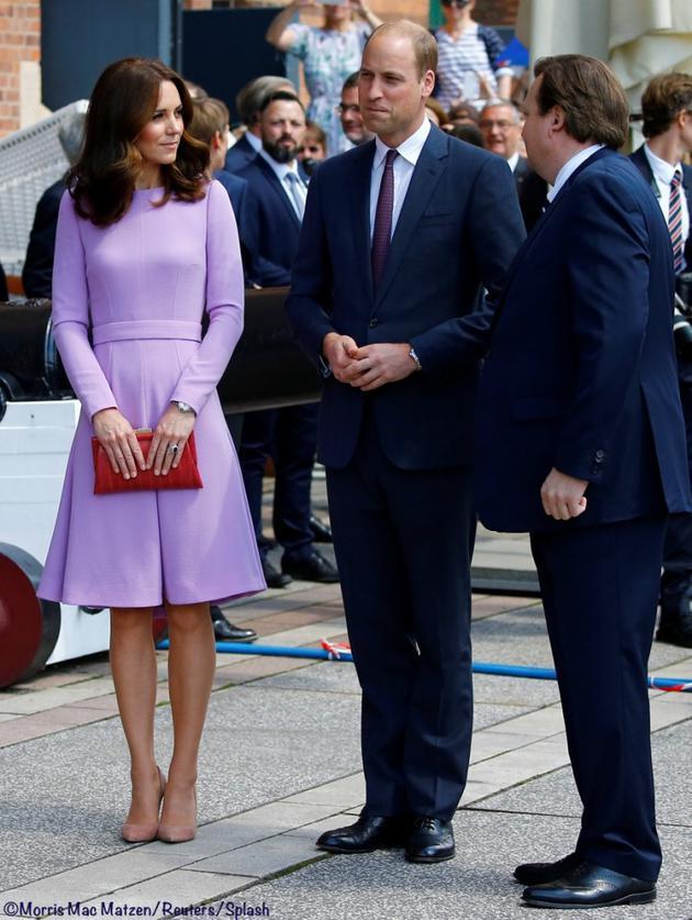 7月21日凯特身着一套来自Emilia Wickstead品牌的香芋紫色优雅套装