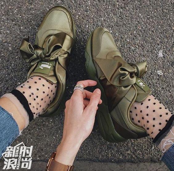 墨绿色的Puma Fenty丝绸打结运动鞋