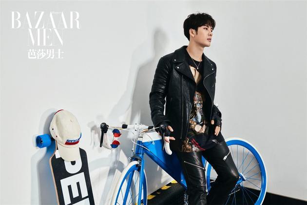 王嘉尔倚靠单车青春飞扬