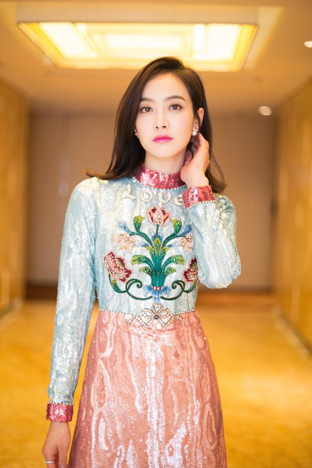 宋茜刺绣连身裙青春灵动 颜值与气质双在线