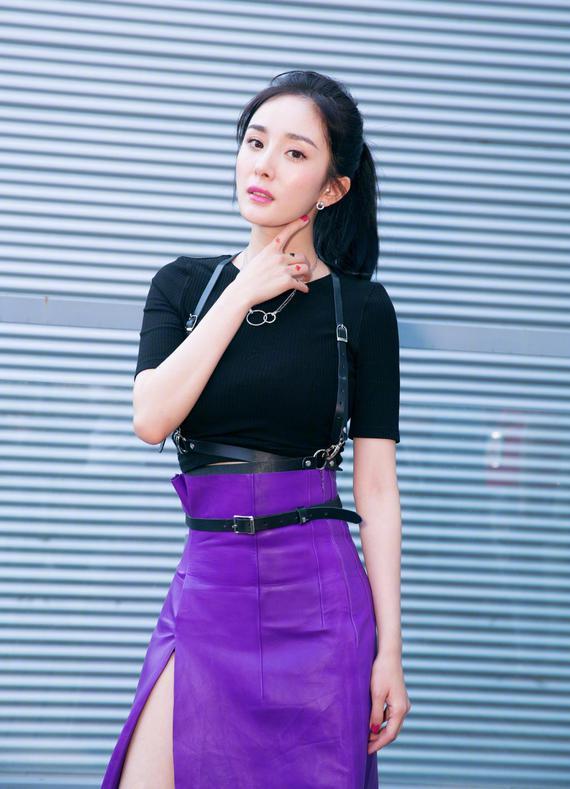 杨幂身穿紫色开叉裙秀长腿