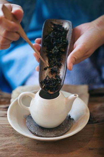 倒入茶叶 图片来源自Wei-ting Chien