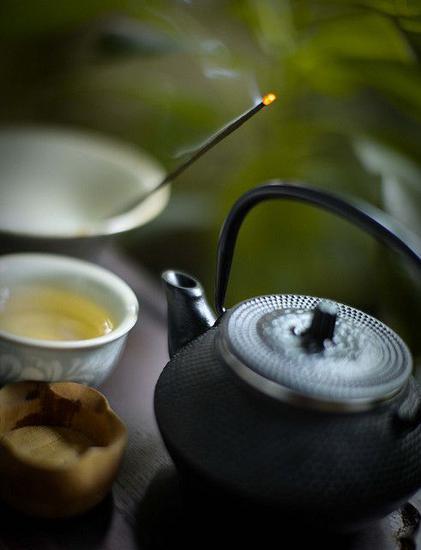 倒入杯中饮茶 图片来源自Courtney Russell