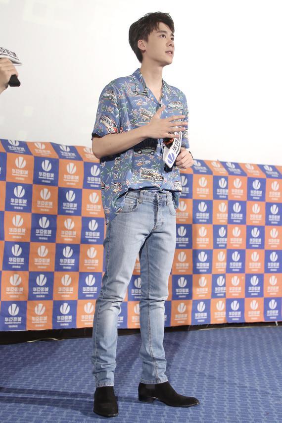 李易峰身穿印花衬衫清爽秀长腿