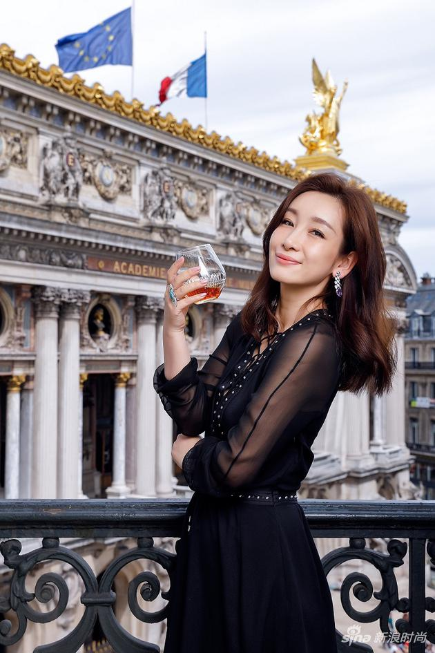 秦海璐在巴黎品味人头马X.O优质香槟区干邑,感受独一无二的馥郁芬芳与非凡魅力