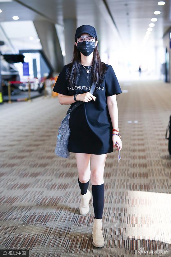 """爱健康:蒋欣也玩""""下衣失踪"""" 因为她的腿已瘦成闪电"""