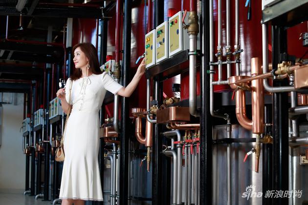秦海璐参观人头马图扎克蒸馏厂,见证生命之水的诞生,品鉴其宜人的细腻香醇