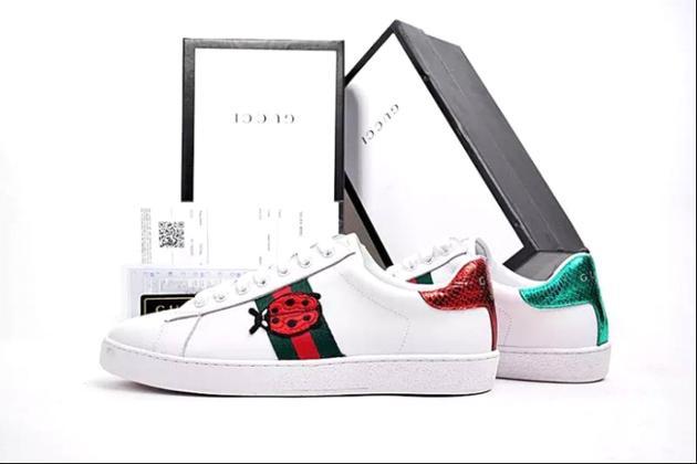 Gucci就在经典的小白鞋上加入了瓢虫元素
