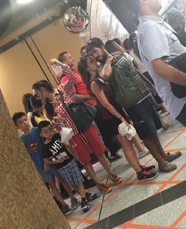 张柏芝带儿子排队坐地铁