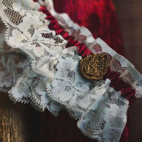 新娘的吊袜带上也有学院的徽章