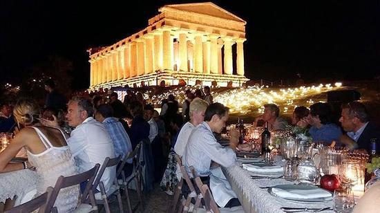 谷歌内部的私人晚宴和表演,在神庙谷遗址举行