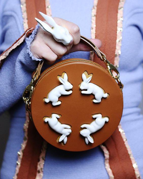 Andres Gallardo的兔子图案包包
