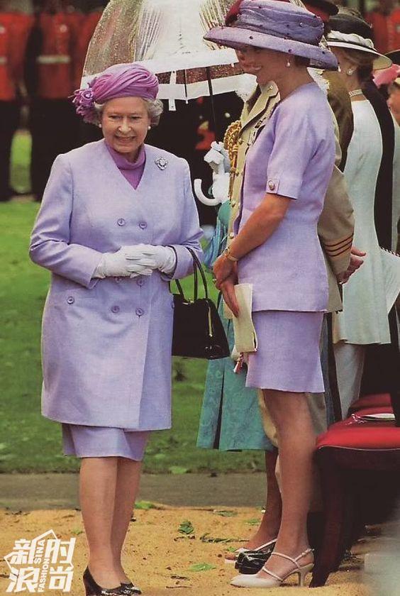 伊丽莎白女王穿藕荷紫色