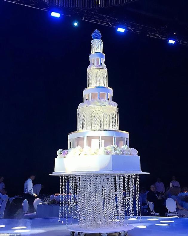 """""""漂浮""""的婚礼蛋糕"""