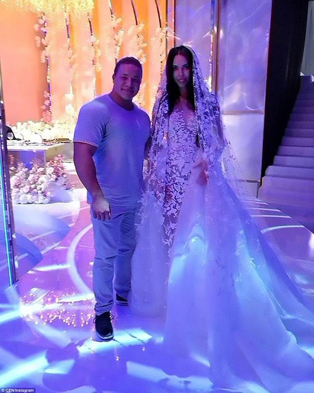 新娘共穿了两套婚纱