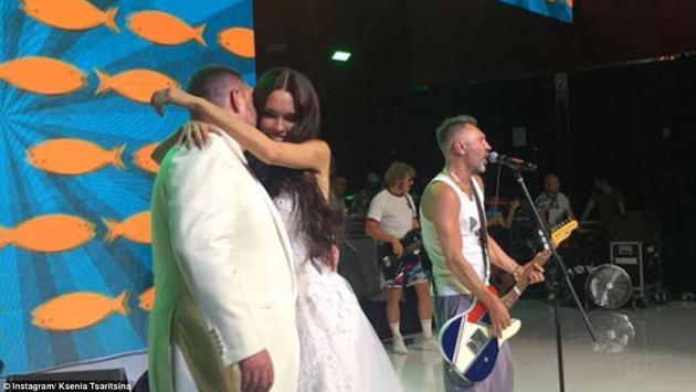 婚礼邀请了二人都爱的摇滚乐队来演出