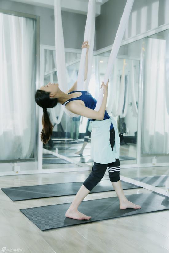 王丽坤练瑜伽身姿曼妙
