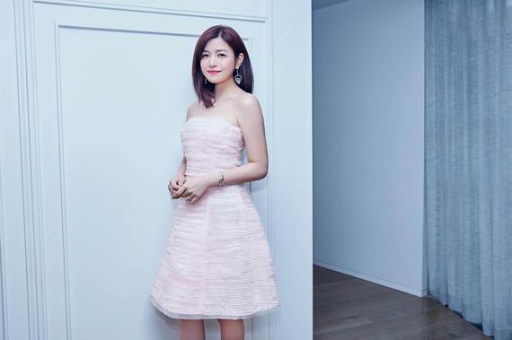 陈妍希身穿粉色抹胸裙甜美清新
