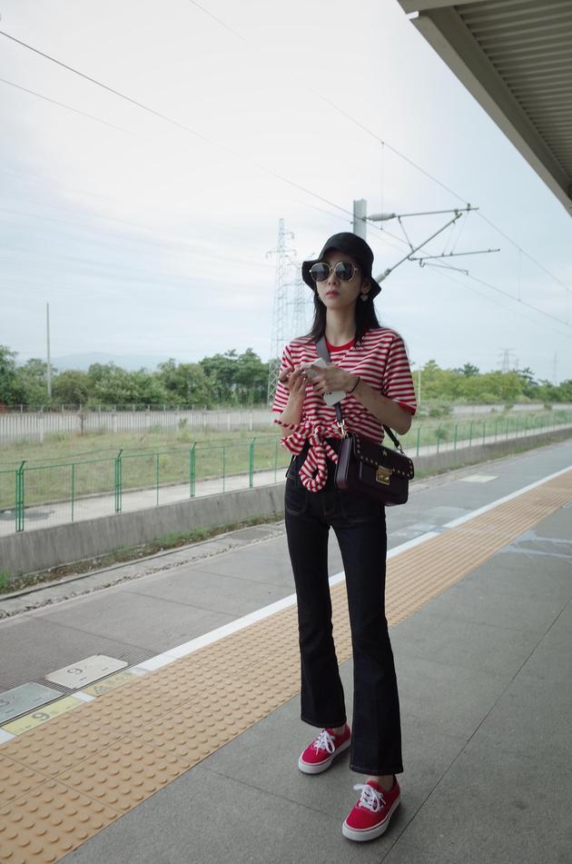 张碧晨示范高腰喇叭裤 大长腿完美抢镜