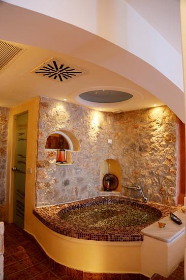 房间内的按摩浴盆是卖点之一,顶灯的设计就如天上的繁星