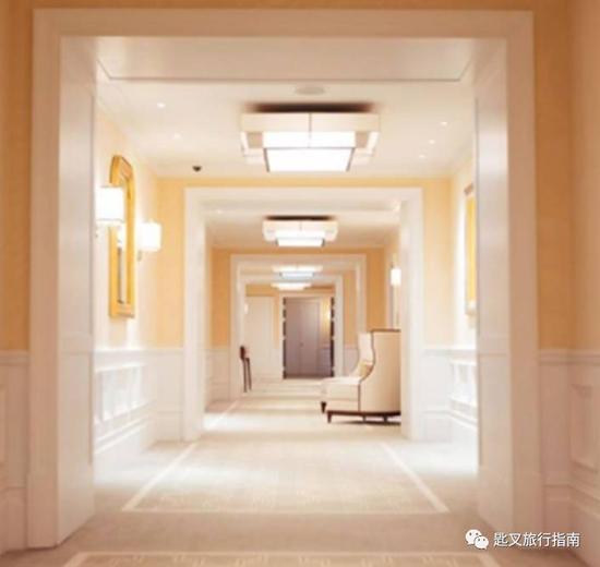 朗廷头一次将规模和空间成为酒店美学的一部分,这间数倍于其他酒店的巨无霸建筑里有着极尽宽阔的走廊,目的是让身着蓬蓬裙的女士能并排通过。
