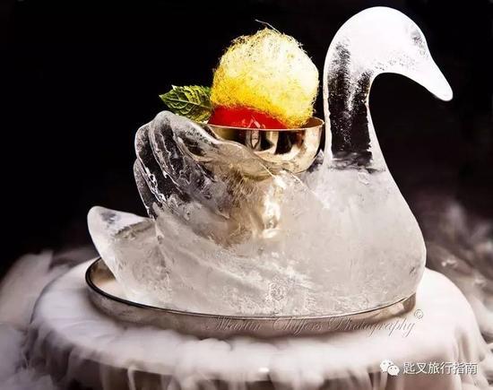 以致敬女高音梅尔巴在《罗恩格林》中的表演而创作的冰天鹅版蜜桃梅尔巴