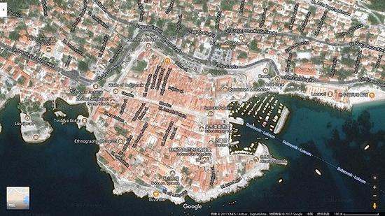 通过卫星图俯视,旧城区一个个红色的屋顶和君临城非常相似