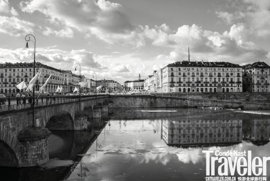 横跨波河的维托里奥·威尼托广场