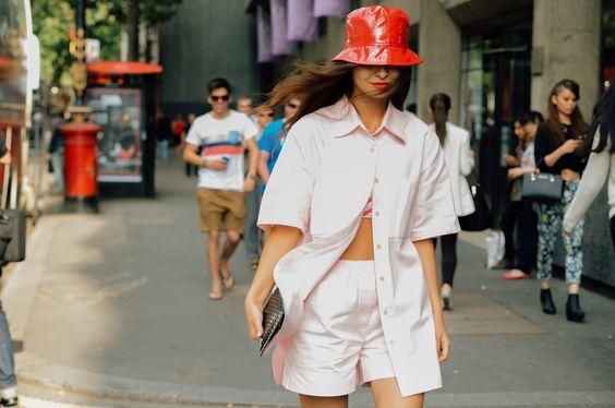街拍达人示范亮皮材质的渔夫帽