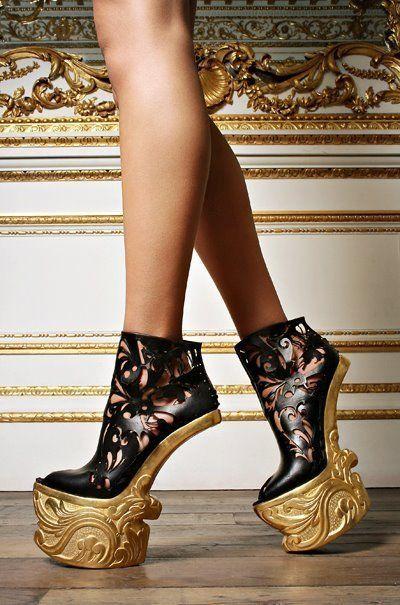 Alexander McQueen设计的高跟鞋
