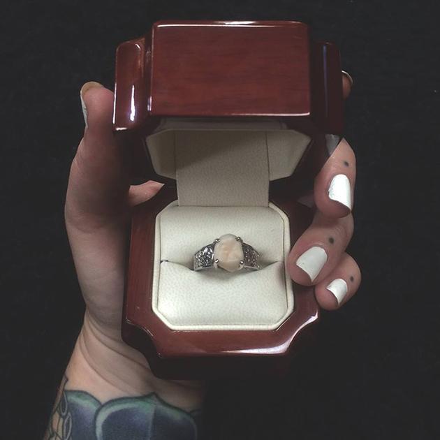 还专门打造了红木的戒指盒