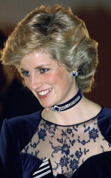 1985年戴安娜佩戴一条天鹅绒蓝宝石choker