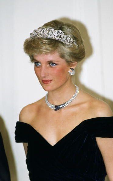 1987年戴安娜佩戴现代感设计珠宝