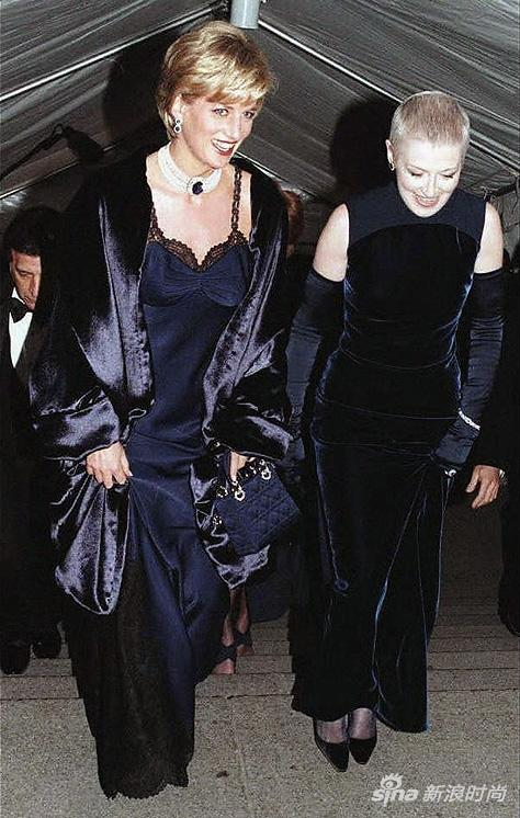 1996年,戴安娜身穿由约翰-加利亚诺设计的第一件Dior高定礼服参加Met Gala
