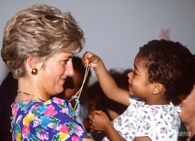戴安娜王妃在巴西圣保罗的一个艾滋病患救助站,抱起一个HIV阳性的小孩