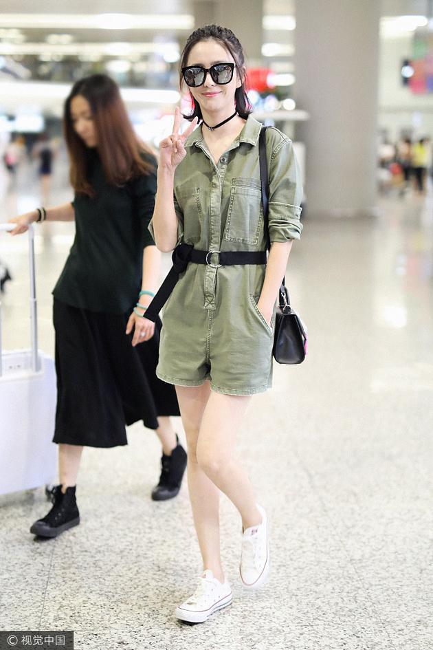佟丽娅穿军绿色连体裤亮相 酷劲十足