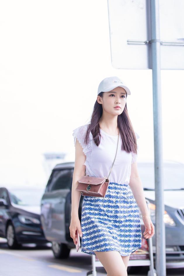 明星爱大牌:李沁清新范现身机场 印花短裙大秀美腿