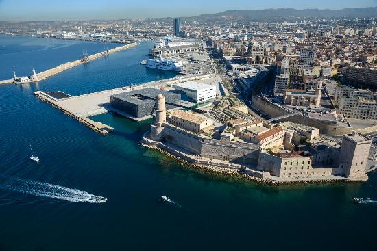 俯瞰马赛地中海景色,图中立方体建筑为欧洲和地中海文化博物馆