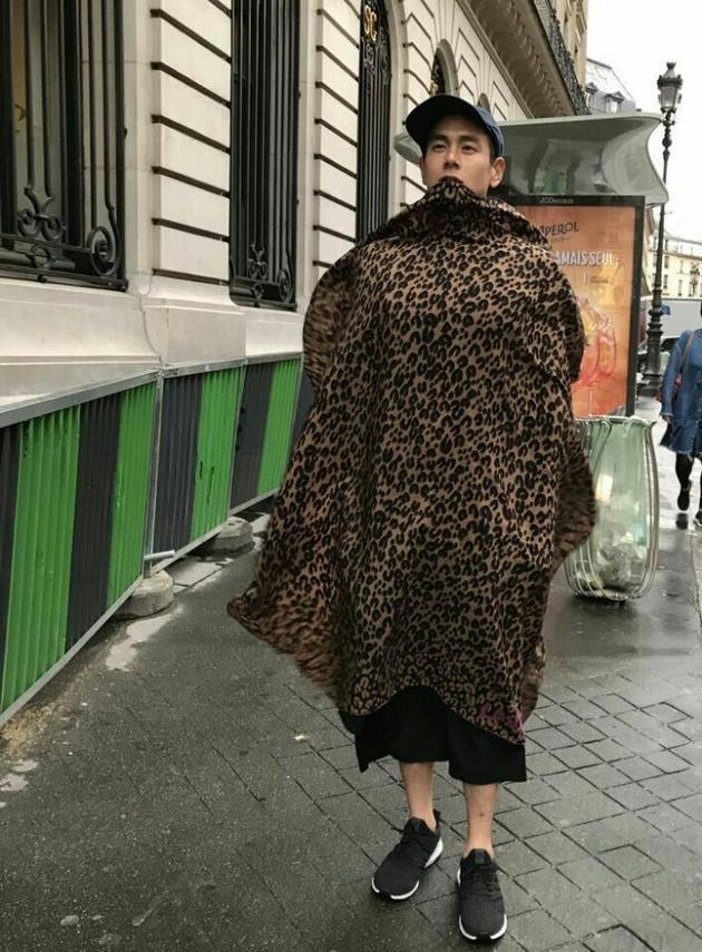 彭于晏裹着豹纹现身街头