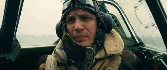 演员汤姆·哈迪 (Tom Hardy) 饰演的一名英国皇家空军飞行员腕间佩戴的欧米茄也在执行任务中扮演了很重要的角色。