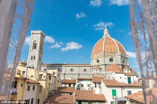 Firenze Rentals Corso 12位于佛罗伦萨市中心,在阳台上就能一览大教堂之美