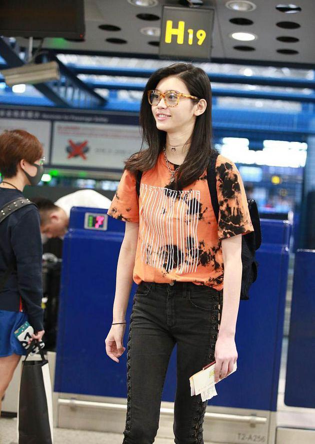 奚梦瑶印花t恤时髦亮相机场 不惧素颜对镜头甜笑