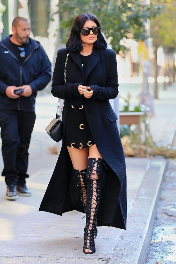 Kylie Jenner穿绑带高靴
